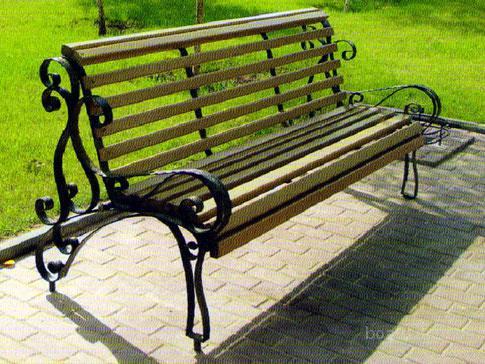 Среди широкого ассортимента кованых изделий особого внимания заслуживают кованые скамейки и лавочки.