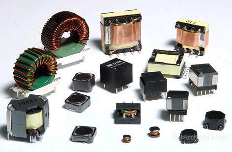 Напряжение трансформатора напрямую зависит от количества витков его обмоток и измеряется вольтметром.
