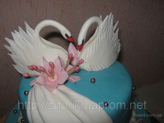 Свадебный торт с лебедями и колокольчиками