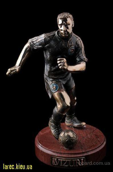 бронзовая скульптура футболист, бронзовая статуэтка звезда покера